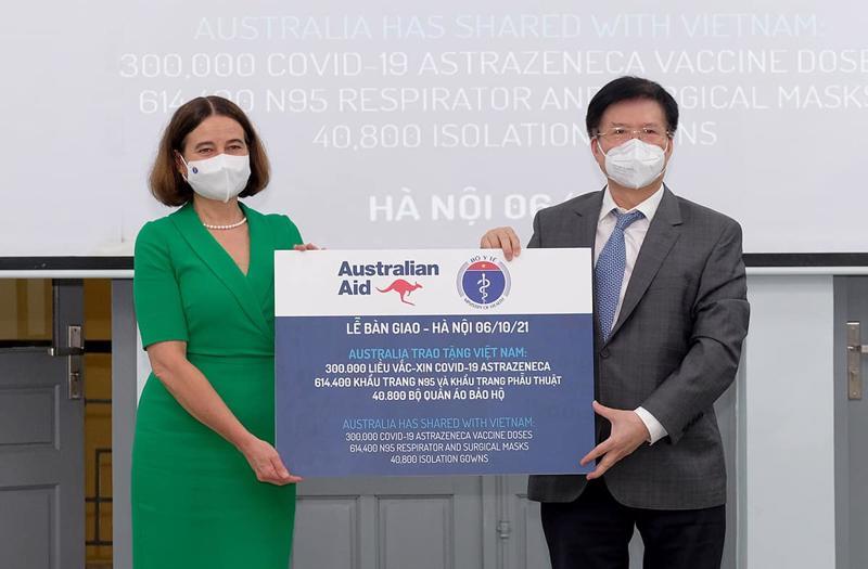 Lễ tiếp nhận vaccine và trang thiết bị chống dịch do Australia hỗ trợ. Ảnh - Trần Minh.