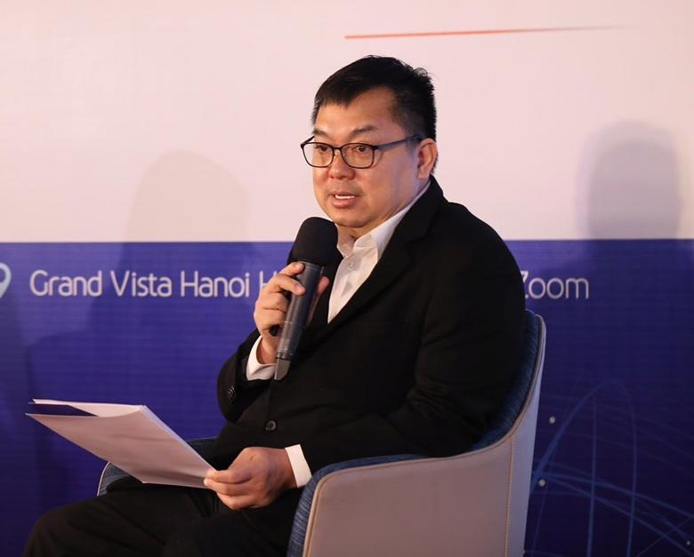 """Ông Hoàng Nam Tiến, Chủ tịch FPT Telecom chia sẻ tại Diễn đàn các nhà lãnh đạo Doanh nghiệp 2021 với chủ đề """"Đảm bảo an toàn nguồn lực lao động – nền tảng của phát triển bền vững"""" ."""