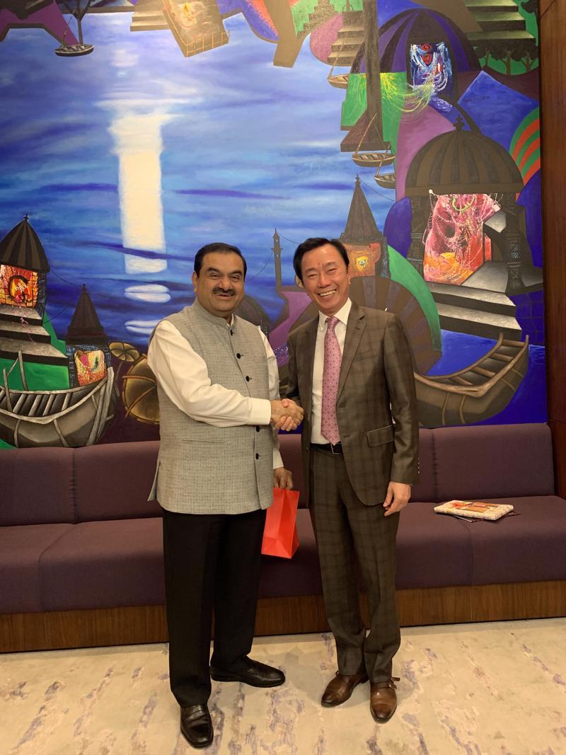 Đại sứ Phạm Sanh Châu và tỷ phú Gautam Adani tại buổi làm việc ngày 28/9.