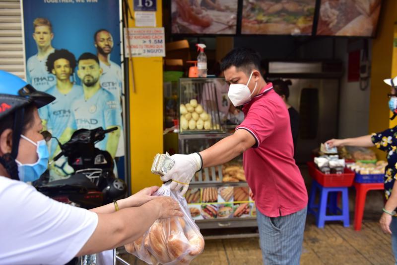Sau nhiều tháng đóng cửa vì dịch Covid-19, nhiều hàng quán ở TP.HCM đã mở cửa bán trở lại. Ảnh: Hồng Lam (báo Danviet)