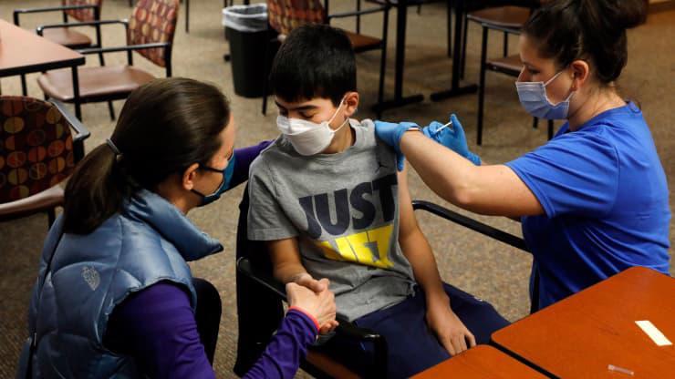 Một thiếu niên được tiêm vaccine ngừa Covid-19 ở Michigan tháng 5/2021 - Ảnh: Getty/CNBC.