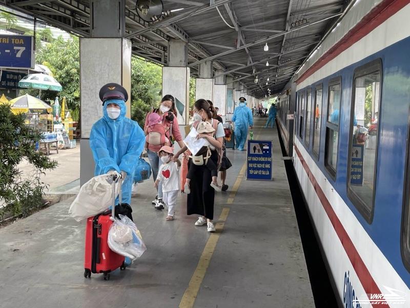 Theo kế hoạch của tỉnh Quảng Bình, người dân được tỉnh đón về đợt này là phụ nữ mang thai, phụ nữ nuôi con nhỏ dưới 12 tháng… tại TP .Hồ Chí Minh, Bình Dương và Đồng Nai có nguyện vọng về quê.