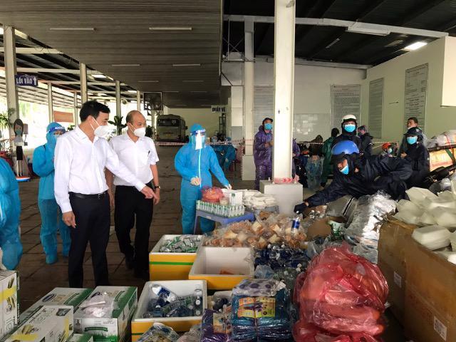Lãnh đạo thành phố Đà Nẵng chuẩn bị suất ăn hỗ trợ người dân di chuyển về phía Bắc.