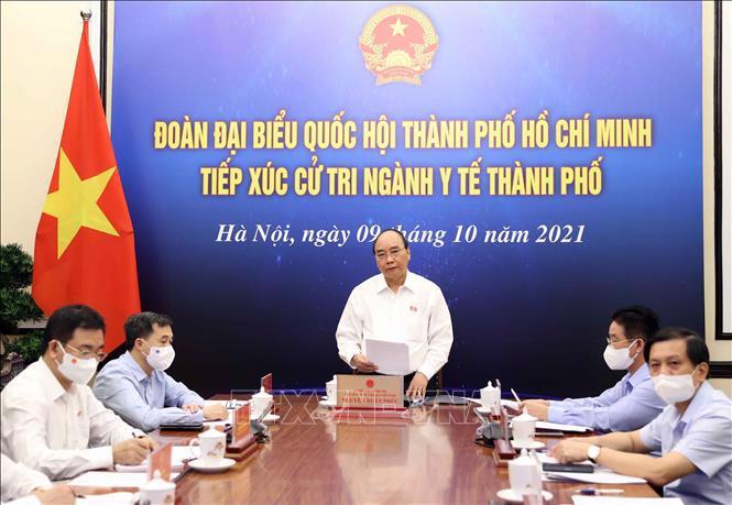 Chủ tịch nước Nguyễn Xuân Phúc và đoàn đại biểu Quốc hội TP.HCM tiếp xúc cử tri chuyên đề ngành y tế TP.HCM theo hình thức trực tuyến - Ảnh: TTXVN