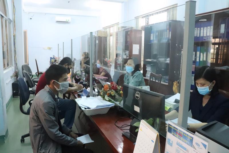 Người lao động làm thủ tục nhận hỗ trợ tại Bộ phận 1 cửa Bảo hiểm xã hội tỉnh Phú Yên. Ảnh BHXH tỉnh Phú Yên cung cấp.