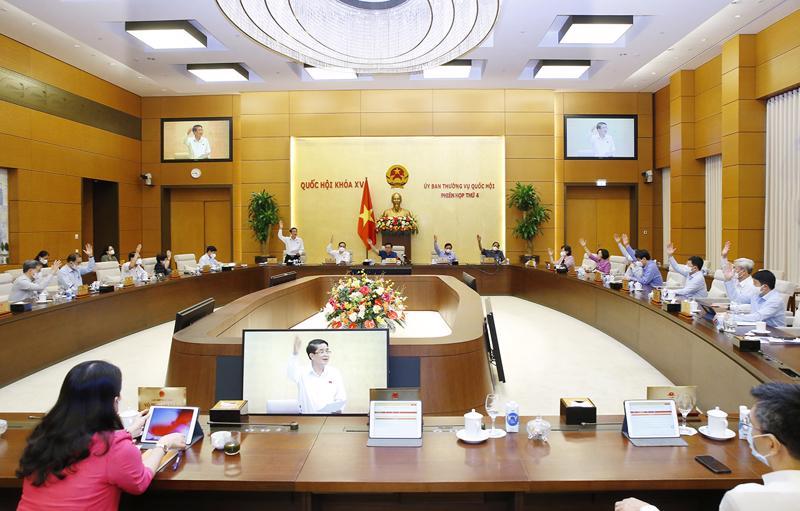 Với 100% Ủy viên tán thành, Ủy ban Thường vụ Quốc hội đã biểu quyết thống nhất bổ sung 3 Nghị quyết về cơ chế đặc thù cho Hải Phòng, Nghệ An, Thừa Thiên Huế vào Chương trình xây dựng luật, pháp lệnh năm 2021 - Ảnh: Quochoi.vn
