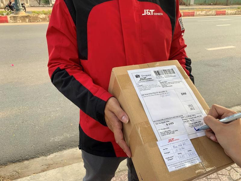 """Sáng kiến """"Thẻ bưu kiện an tâm"""" có thông báo thân nhiệt của giao hàng J&T Express."""