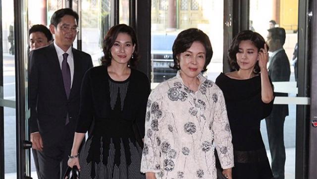 Bà Hong Ra-hee và ba con - Ảnh: Yonhap News
