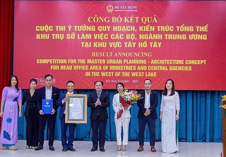 Deputy Minister of Construction Nguyen Van Sinh presents the Grade A award to Nikken Sekkei Ltd and CDC. Source: MoC