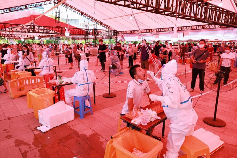 Xét nghiệm Covid-19 toàn thành phố ở Hạ Môn, Phúc Kiến, Trung Quốc hôm 3/10 - Ảnh: Bloomberg.