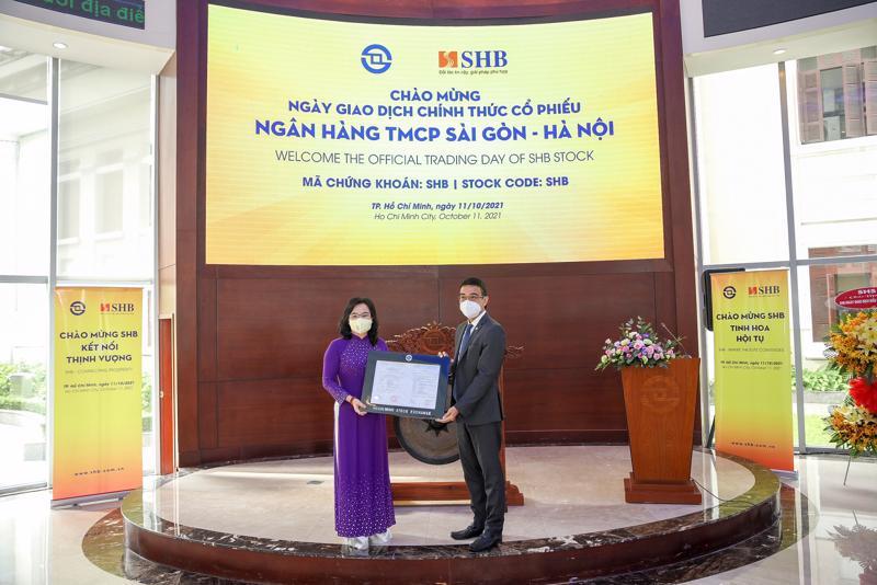 Ông Lê Hải Trà - Tổng giám đốc HOSE trao Thông báo chuyển giao dịch cho bà Ngô Thu Hà, Phó Tổng giám đốc SHB.