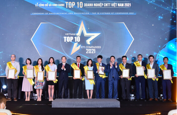 Ceremony to announce the Top 10 Vietnamese IT enterprises in 2021.