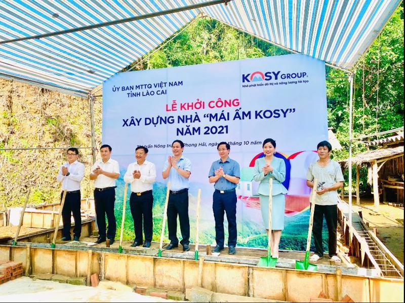 Đại diện lãnh đạo địa phương, Tập đoàn Kosy và chủ hộ thực hiện nghi thức khởi công xây dựng ngôi nhà đầu tiên được nhận hỗ trợ.