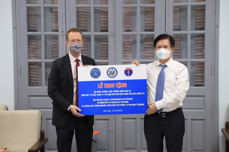 Tiếp nhận vật tư y tế từ Hoa Kỳ. Ảnh - Bộ Ngoại giao.