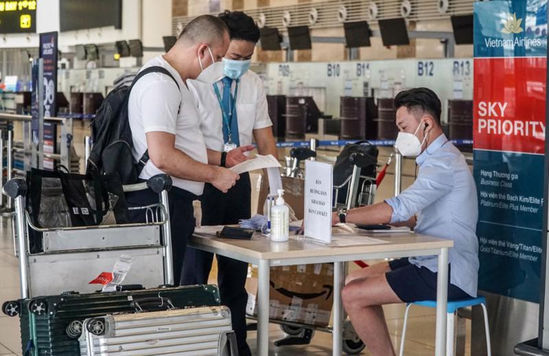 Nhân viên hàng không hướng dẫn hành khách khai báo y tế, kiểm tra lại các giấy tờ cần thiết.