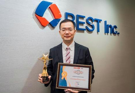 """Ông Nelson Wu - Tổng giám đốc BEST Express Việt Nam cùng cúp và chứng nhận danh hiệu """"Thương hiệu mạnh Việt Nam 2021"""""""