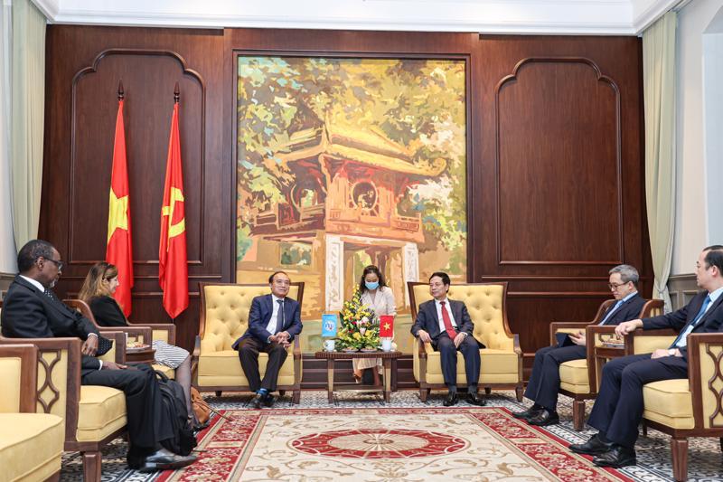 Bộ trưởng Nguyễn Mạnh Hùng tiếp Tổng thư ký ITU Houlin Zhao chiều 13/10 tại Hà Nội. (Ảnh: Bộ TTTT).