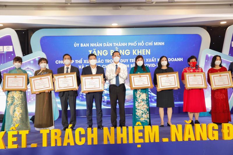 Chủ tịch CT Group Trần Kim Chung (thứ 3 từ trái qua) đón nhận Bằng khen của Chủ tịch UBND Tp.HCM.