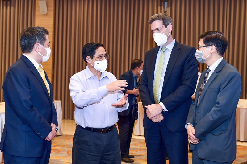 Thủ tướng Phạm Minh Chính trao đổi với các đại biểu tại hội thảo - Ảnh: VGP