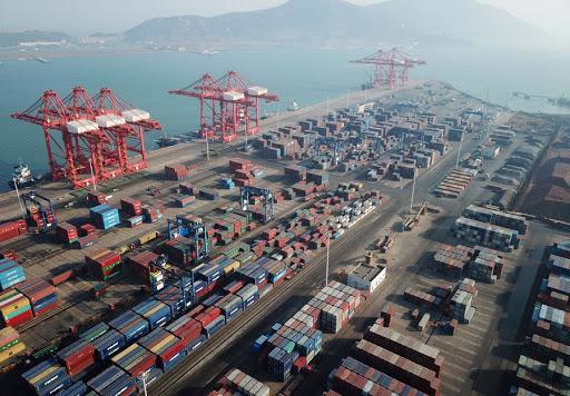 Tắc nghẽn cảng biển khắp châu Âu và Mỹ, cước vận tải tăng chóng mặt - Ảnh 1.
