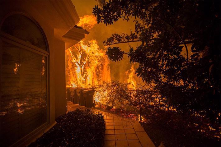 Cận cảnh vụ cháy rừng lịch sử khiến ít nhất 31 người thiệt mạng ở California - Ảnh 1.