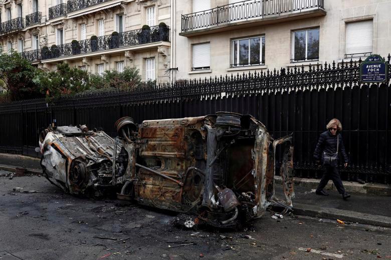 Paris tính ban bố tình trạng khẩn cấp sau cuộc bạo loạn cuối tuần - Ảnh 1.