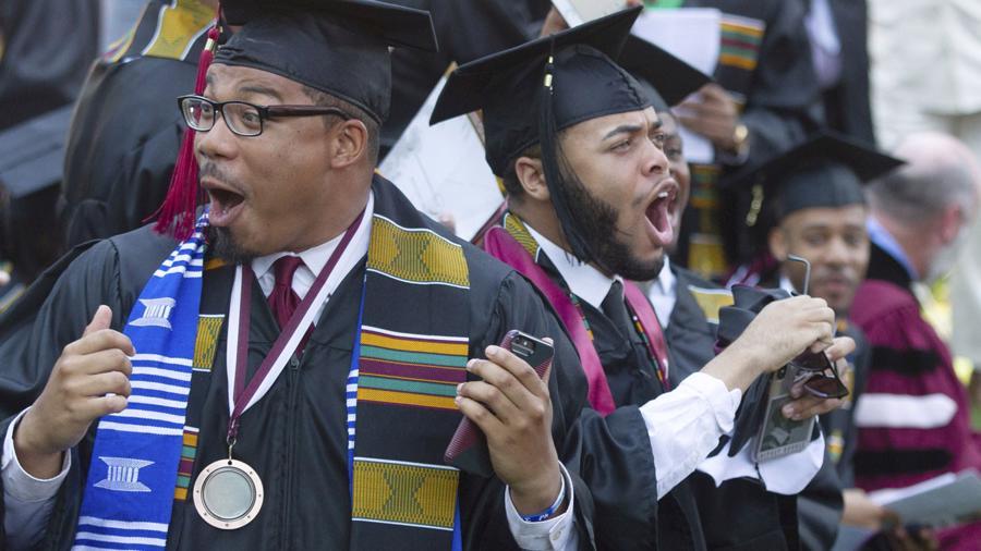 Tỷ phú Mỹ tuyên bố trả 40 triệu USD nợ vay cho sinh viên - Ảnh 2.