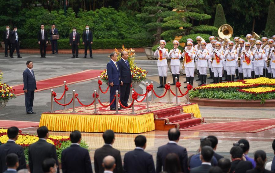 Thủ tướng Nguyễn Xuân Phúc đón và hội đàm với Thủ tướng Nhật Bản - Ảnh 1.