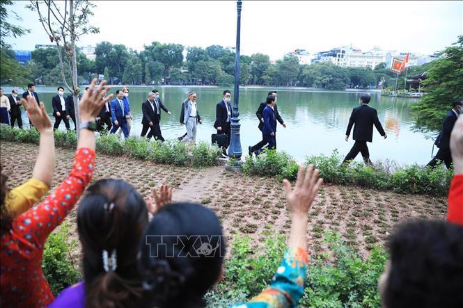 Chùm ảnh Thủ tướng Nhật dạo bộ quanh Hồ Hoàn Kiếm - Ảnh 6.