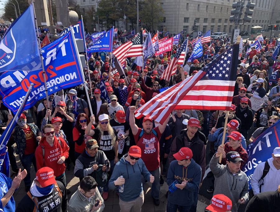 """Hàng nghìn người ủng hộ ông Trump xuống đường biểu tình, đòi """"chấm dứt gian lận bầu cử"""" - Ảnh 5."""