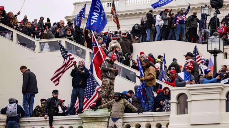 Chùm ảnh người biểu tình thân ông Trump tấn công tòa nhà Quốc hội Mỹ - Ảnh 1.