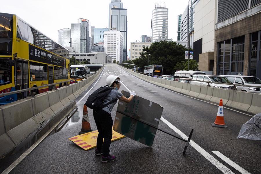 Biển người biểu tình vây tòa nhà nghị viện Hong Kong - Ảnh 11.