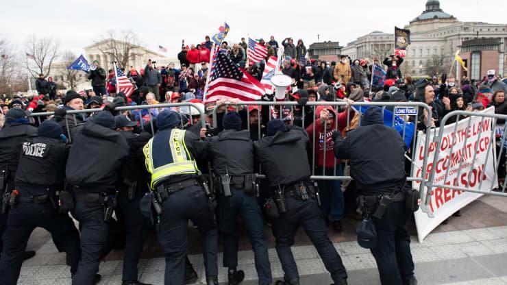 Chùm ảnh người biểu tình thân ông Trump tấn công tòa nhà Quốc hội Mỹ - Ảnh 10.