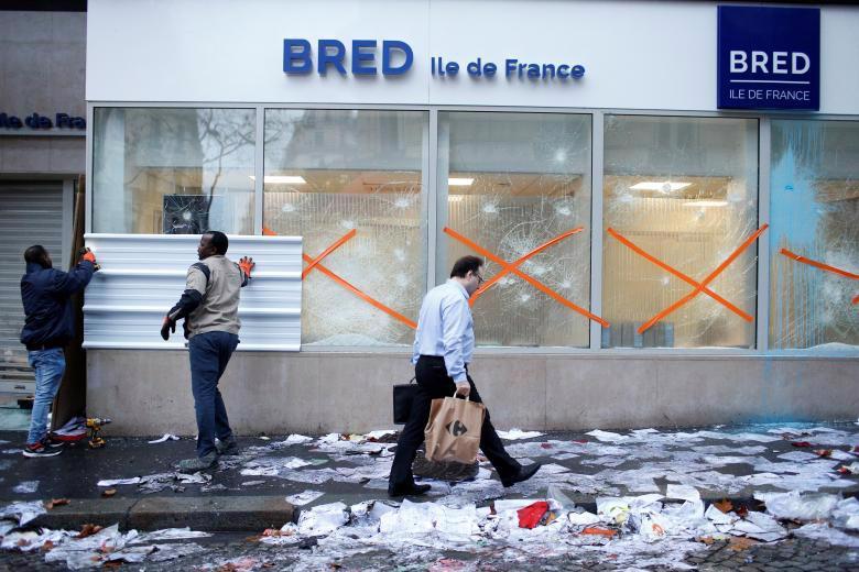 Paris tính ban bố tình trạng khẩn cấp sau cuộc bạo loạn cuối tuần - Ảnh 11.