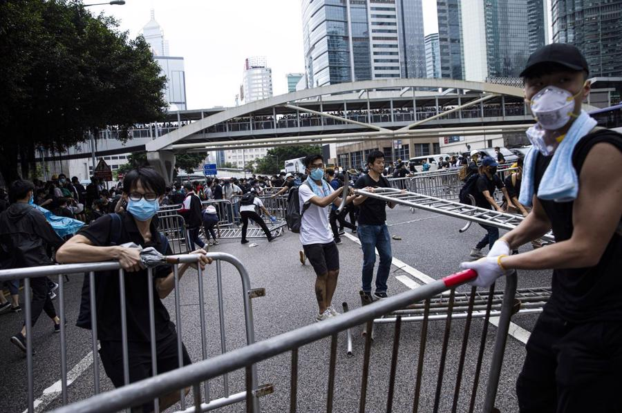 Biển người biểu tình vây tòa nhà nghị viện Hong Kong - Ảnh 12.