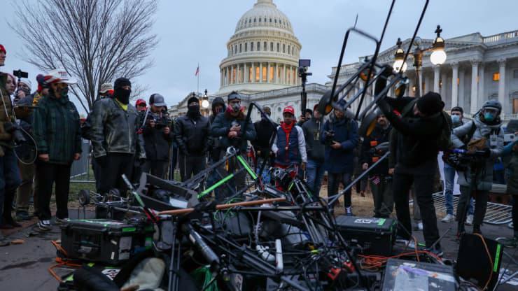 Chùm ảnh người biểu tình thân ông Trump tấn công tòa nhà Quốc hội Mỹ - Ảnh 11.