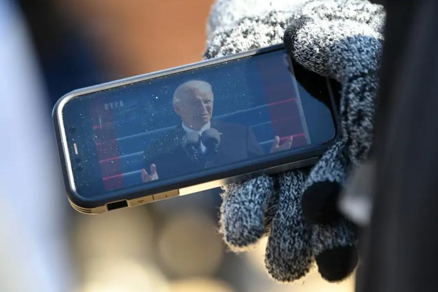 Bị phong tỏa và giãn cách, dân Mỹ theo dõi ông Biden nhậm chức thế nào? - Ảnh 5