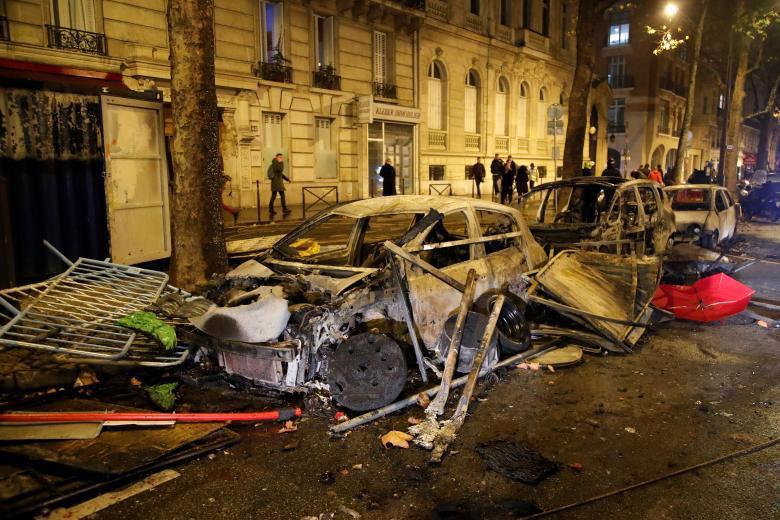 Paris tính ban bố tình trạng khẩn cấp sau cuộc bạo loạn cuối tuần - Ảnh 12.