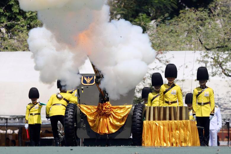 Vua Vajiralongkorn của Thái Lan chính thức đăng quang - Ảnh 12.