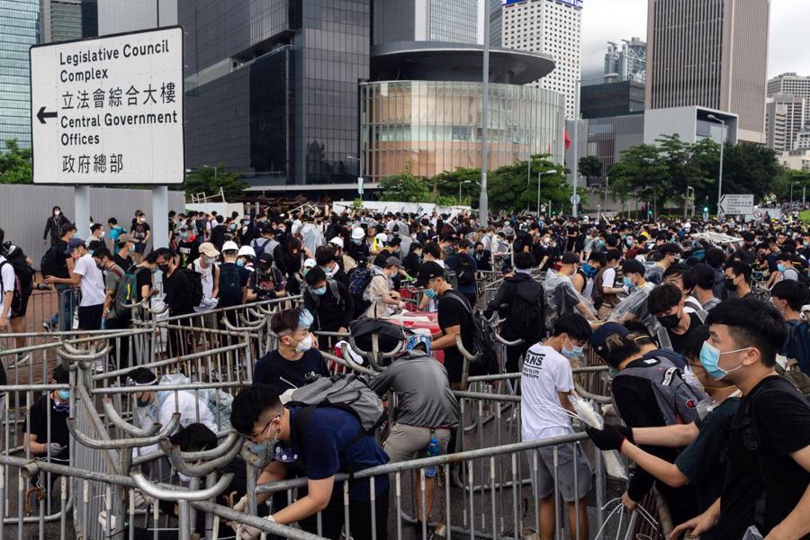 Biển người biểu tình vây tòa nhà nghị viện Hong Kong - Ảnh 13.