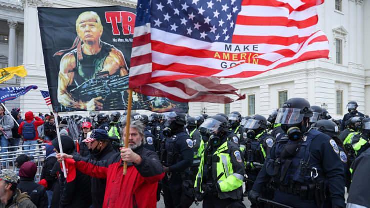 Chùm ảnh người biểu tình thân ông Trump tấn công tòa nhà Quốc hội Mỹ - Ảnh 12.