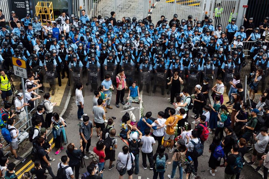 Biển người biểu tình vây tòa nhà nghị viện Hong Kong - Ảnh 14.