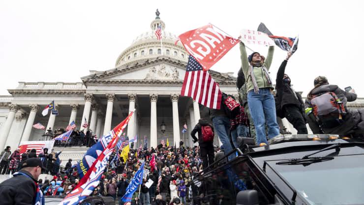 Chùm ảnh người biểu tình thân ông Trump tấn công tòa nhà Quốc hội Mỹ - Ảnh 13.