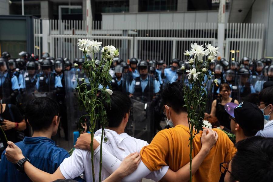 Biển người biểu tình vây tòa nhà nghị viện Hong Kong - Ảnh 15.