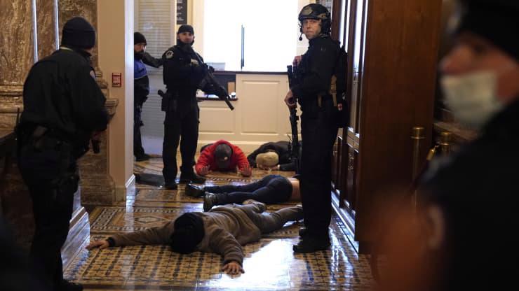 Chùm ảnh người biểu tình thân ông Trump tấn công tòa nhà Quốc hội Mỹ - Ảnh 14.