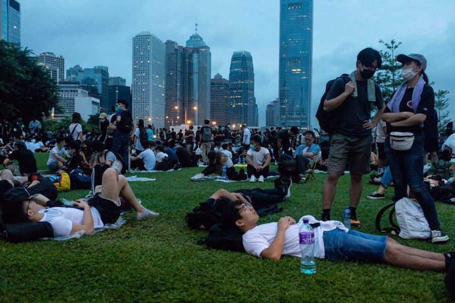 Biển người biểu tình vây tòa nhà nghị viện Hong Kong - Ảnh 17.