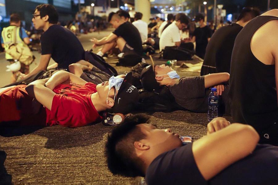 Biển người biểu tình vây tòa nhà nghị viện Hong Kong - Ảnh 18.