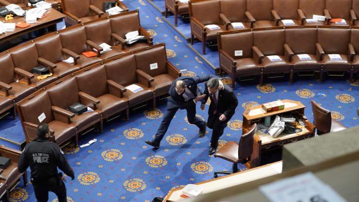 Chùm ảnh người biểu tình thân ông Trump tấn công tòa nhà Quốc hội Mỹ - Ảnh 16.