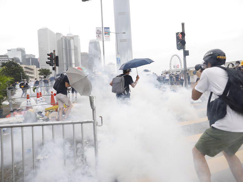 Biển người biểu tình vây tòa nhà nghị viện Hong Kong - Ảnh 1.