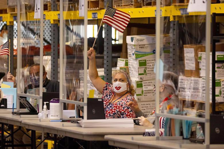 Người Mỹ đi bỏ phiếu chọn Tổng thống, ngày bầu cử êm xuôi - Ảnh 10.